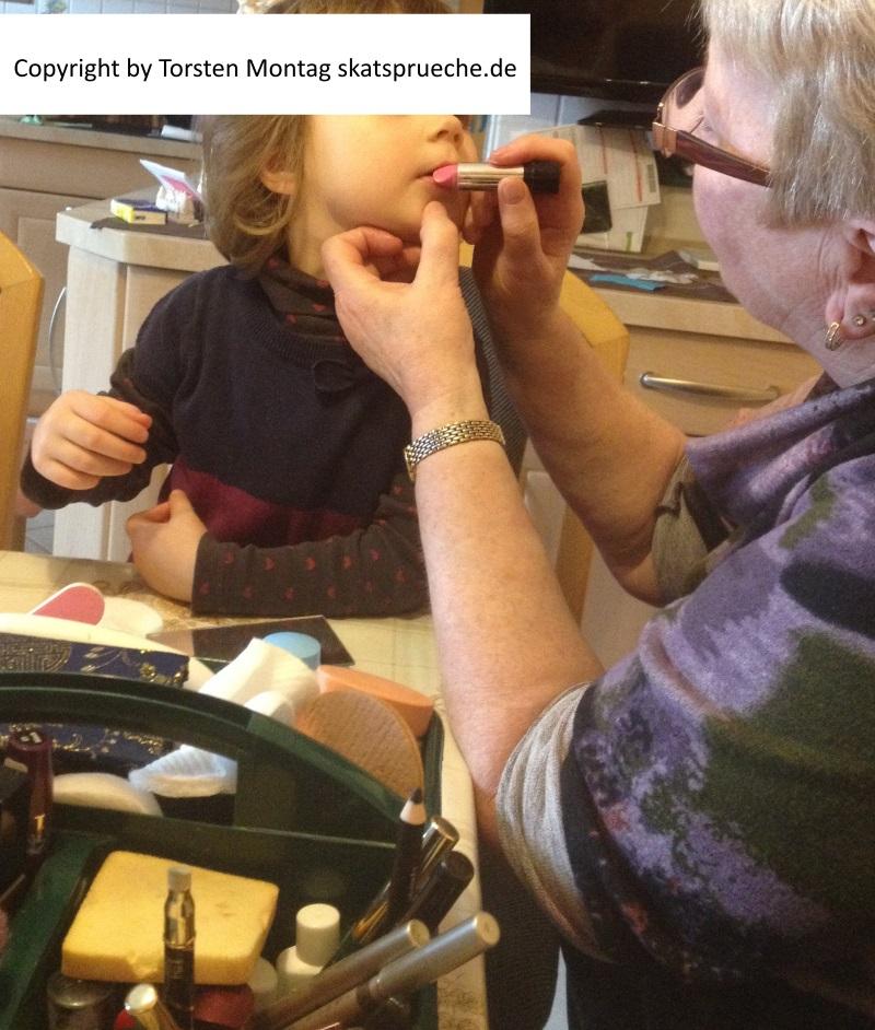 Oma schminkt das Enkelkind. Alles was drauf geht wird hier verarbeitet